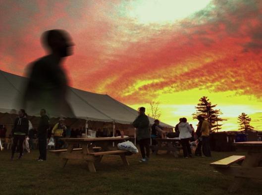 Lever de soleil sur les préparatifs du Marathon de Magog où j'étais bénévole en 2012 et probablement aussi en 2013!